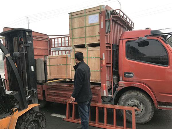 发往新疆水厂的伸缩器接头在装车
